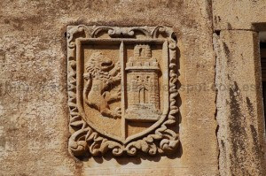 escudo de Cáceres con los cuarteles invertidos