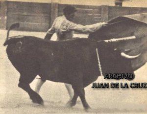 Luis Alviz ejecutando un pase de pecho.