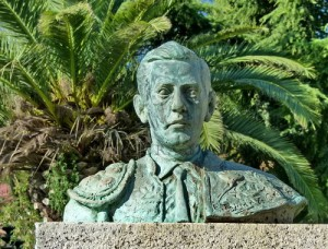 Un busto, con la imagen de Luis Alviz ante la Plaza de Toros de Cáceres.