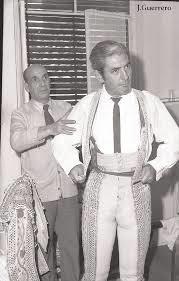 Alviz vistiéndose, en el Hotel Alvarez, de Cáceres, para el día de su retirada de los ruedos.