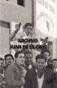 Luis Alviz saliendo a hombros, en 1963, de la Plaza de Toros de San Sebastián de los Reyes.