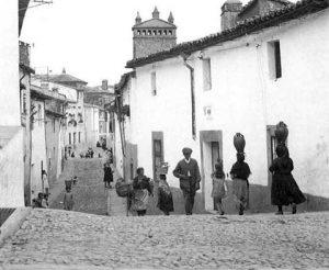 aguadoras por la calle Caleros (Julita G. Parra, NO ERES DE CC si...)