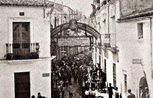 Asistentes al Homenaje a la Vejez saliendo de la sede de la Caja Extremeña de Previsión Social, en la calle Canalejas. 1929.
