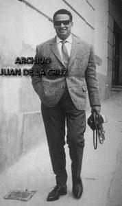 Manuel Bernal paseando por Cáceres. Años 60.