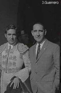 Antonio Camacho con el prestigioso torero Paco Camino en la Plaza de Toros de Cáceres. Años70.