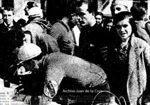 El español Berrendero firmando en el control de llegada a Cáceres en 1936, tras la etapa Sevilla-Cáceres.