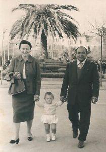 El matrimonio Saavedra con su hijo Eulogio paseando por Cánovas.