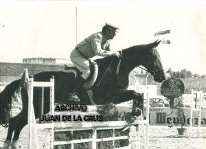 Antonino Antequera participando, ya como comandante, en un Concurso Hípico en Jerez de la Frontera. Años 80.
