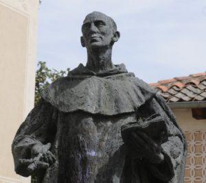 Estatua de San Juan de la Cruz erigida en Avila.