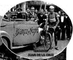El vencedor de la etapa Sevilla-Cáceres posa en la Avenida de la República.