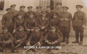 """Rodríguez Serradell, en el centro, como Coronel del Regimiento """"Segovia 75"""", de Cáceres."""