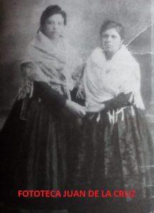 La Farruca, a la derecha, con su hermana Paula, en una romería cacereña.