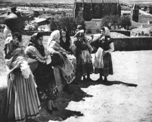 Mozas de Don Benito ataviadas con el traje típico.