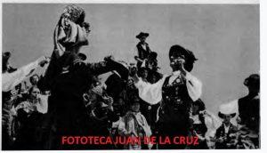 Bella imagen folklórica sobre el traje típico montehermoseño en una danza típicxa extremeña.