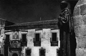 ... Y, al fondo, el Palacio de Ovando, residencia de Don Miguel Muñoz de San Pedro...