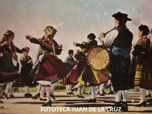 """Portada de la publicación """"Danzas Populares de Extremadura"""", de Manuel García Matos, en 1964"""