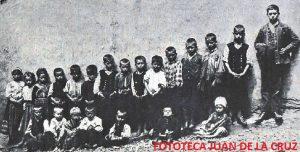 El pie de la fotografía dice: Niños de la Escuela de Fragosa en un día de exámenes