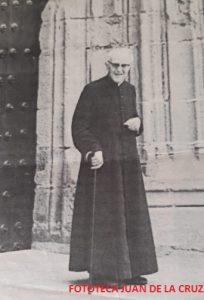 Don Lorenzo, en sus últimos tiempos, paseando ante la puerta de Santa María.