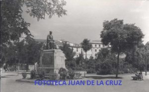 Estatua a Gabriel y Galán en el Paseo de Cánovas, por Pérez Comendador.