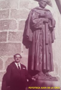 Junto a la estatua de San Pedro de Alcántara, obra de su gran amigo Enrique Pérez Comendador