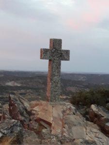 La Cruz del Calvario alzándose hacia los cielos de Alcuéscar...