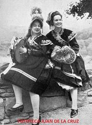 Carmina Burgos, a la izquierda. Años 50, en Llangolen, Gales