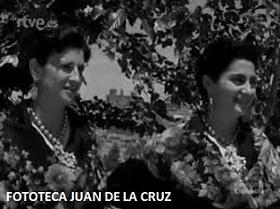 A la izquierda, Felisa Solano. 1957