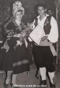 Pepi Suárez y Luis M. Luengo recibiendo un premio en un Festival en Santarem. 1968