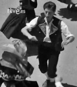 """Gabriel Romero Ruiz bailando la """"Jota Cuadrada"""", 1966"""