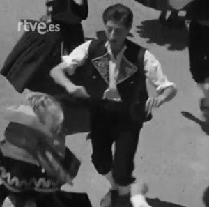 """Gabriel Romero Ruiz bailando la """"Jota Cuadrada"""", 1957"""