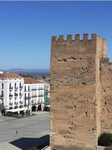 La Luz de Cáceres. La Plaza Mayor. Al fondo el campo y las sierras
