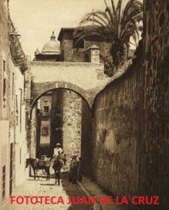 Fotografía de un vendedor por el Adarve cacereño. Hacia 1915-1920. Autor Kurt Hielscher