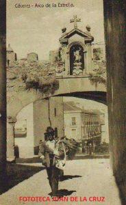 Por el Arco de la Estrella. Fotografía Eulogio Blasco, 1925