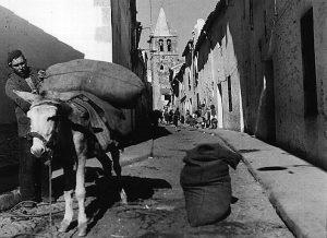 Carbonero en la calle Caleros. Javier. 1960