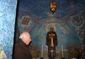 Ante la imagen de san Pedro de Alcántara, en El Palancar. 2011,