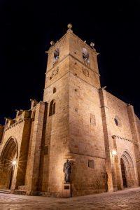 La Concatedral de Santa María en la noche cacereña. Fotografía de Tomás González Hernández.
