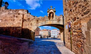 Arco de la Estrella, principal puerta de entrada al casco histórico, artístico y monumental de Cáceres.