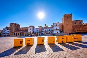 La Plaza Mayor de Cáceres con el fondo que se abre a la Ciudad Monumental.