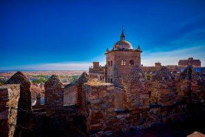 Palacio de Toledo Moctezuma y, de fondo, la inmensidad del cielo cacereño.