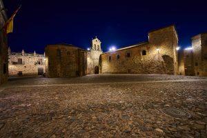 El Convento de San Pablo en la noche cacereña.