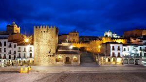 La Plaza Mayor de Cáceres con el fondo de la Ciudad Histórico- Monumental.