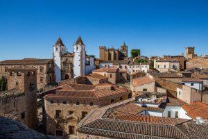 Toda una algarabía de torres, iglesias palacios, casonas nobiliarias,. tejados...
