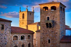 Palacio de los Golfines de Abajo y Torre de la iglesia de Santa María.