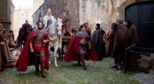 La Reina Isabel camina por las calles de la Ciudad Medieval cacereña.